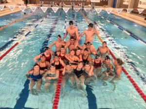 Gruppebilde av svømmere som skal til NM.