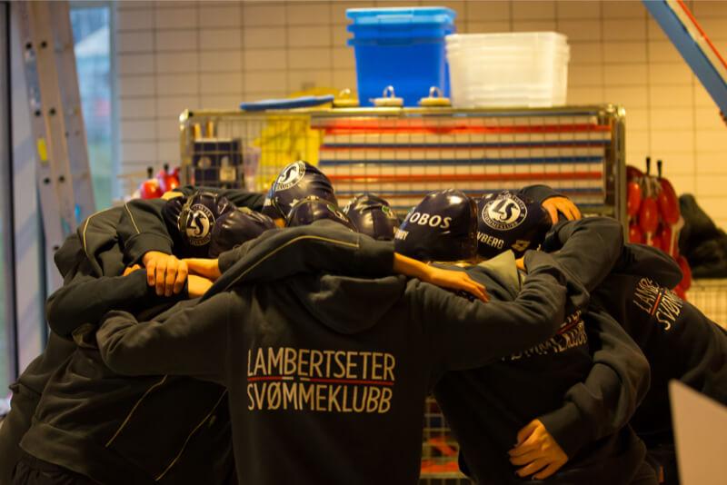 """Lambertseter har sterke tradisjoner for god lagsvømming. På Marienlyst Open ble det mange stafetter og flere som leverte sine beste tider """"ever""""."""