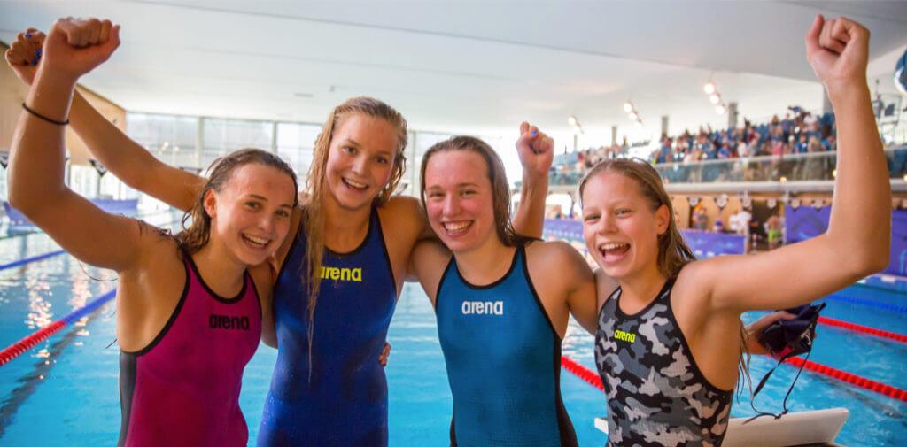 Fornøyde jenter etter norsk juniorrekord på 4x100 medley.